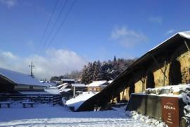 雪と青空と登り窯